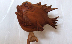 Зачем рыбе зонтик? - Деревянная скульптура Владимира Цепляева