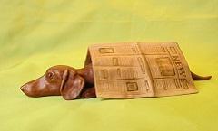 Такса и газета - Деревянная скульптура Владимира Цепляева