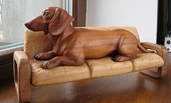 Такса на диване - Деревянная скульптура Владимира Цепляева